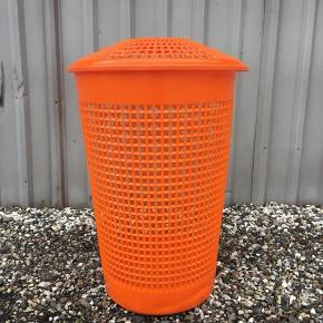 Retro orange vasketøjskurv. Eksempelvis til opbevaring af aviser, puder eller indpakningspapir. Afhentes i Bur 12 km udenfor Holstebro.