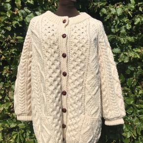 Kraftig håndstrikket trøje fra Irland, i 100% uld.  Nypris 1.500kr  Kom med et bud, kan hentes i Lyngby eller sendes på købers regning 🌸
