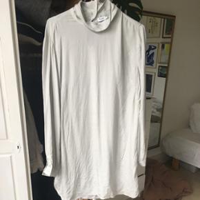 Grå tunika i 100% silke fra Filippa K. Brugt én gang. Kan godt passes af en L