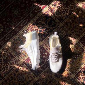 Nike Darwin i hvid. De er kun blevet brugt 1 gang i et par timer, men er dog blevet lidt gullige af at stå fremme (billede 3).   Måler 27cm