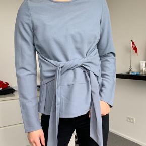 Sød BLÅ 'special edition' trøje fra PIECES    Kan bindes både for og bag alt efter mening  ALDRIG BRUGT!!   Model er 164 høj og iført XS  Nypris: 299,95  Sælges til 100 DKK excl. porto - BYD MEGET GERNE💛