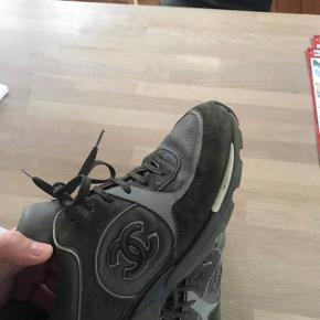 Sælger disse fede Chanel sneaks, i en str 44 De er forest green color way og er 3M , derfor er de sat på en høj pris fordi de er en sjælden sko men meget sjældent ser på gaden.  Boks og dustbags medfølger.  De er en cond 7   Der er 1 flaw på fodspidsen af den ene sko.
