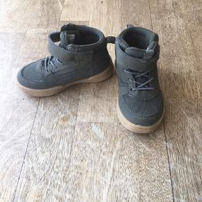 Fine sneakers fra H&M str 24 kun brugt i 3 måneder. Nemme at tage på