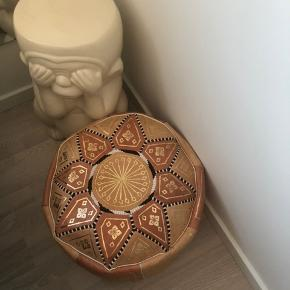 Smuk puffer fra Marokko sælges i den fineste farvekombination (abe sælges ikke). Pris: 400kr afhentet eller pp. Sælges med fyld.