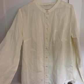 Sælger denne skjorte i str. S fra GAI+LISVA.  Den er stor i størrelsen, og fitter derfor en s-m. Den er aldrig brugt og er i 100% bomuld.  Bud ønskes