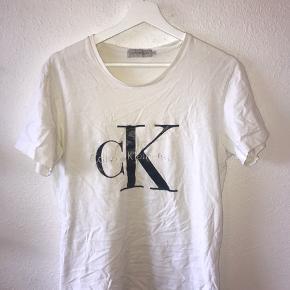 T-shirt fra Calvin Klein i str s!🌝 logoet er en anelse udvisket, men ellers fejler den ikke noget!