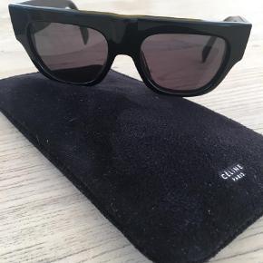 Varetype: Solbriller Størrelse: OS Farve: Sort  Lækre Celine 41037/S 807BN solbriller  I rigtig pæn stand   Originalt etui medfølger