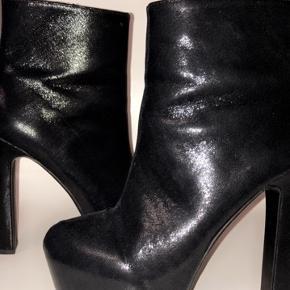 Skinnende støvletter fra H&M, brugt få gange.   *Sender ikke, men køber må gerne hente i København*