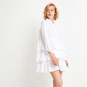 Enormt fin skjorte/kjole fra envii, købt for en måned siden. Kan både bruges ud over et par bukser eller nylonstrømper. Passes også af en str. S. Ny pris var 500 kr. og den er aldrig brugt.