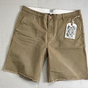 Obey Trademark Chino Shorts.   Mængderabat gives. Ellers er prisen inkl fragt, TS gebyr - og er rocksteady fast og fair :-)  Shorts Farve: Sand,   Khaki,   Oliven,   Brun Oprindelig købspris: 700 kr.