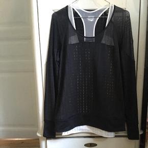 Sæt bestående af top og gennemsigtig trøje med fede detaljer. Sælges da det er lige stort nok til mig. Toppen er lang, så tænker at den vil være rigtig fed til en, der er lidt højere end mine 168 cm :-) Sælger helst samlet, da det et et sæt, men kan også gå med til 130 pr del.   Befinder sig ved Vesterbro Torv, men sender også gerne på købers regning med DAO 📬📦