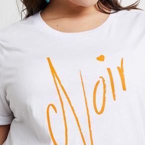 Super lækker ny hvid T-shirt fra Zizzi. Str. M plus size. Helt ny. Aldrig brugt eller prøvet på. 100 % bomuld. Orange print foran. 100, - pp Sender hurtigt