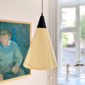 Vildt flot og stor keglelampe fra 1950'erne malet i sart, blank lysegul og hvid indeni med en ny sort ledning, der passer til den sorte top. Skærmen har en meget lille bule. H: 34 cm, Ø: 23 cm. Afhentes på Frederiksberg eller sendes mod betaling.