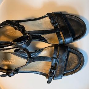 Ecco sandaler i størrelse 38. Næsten ikke brugt og fremstår meget flot   Byd