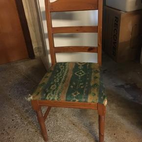 6 stk stole sælges. De trænger til nyt stof ellers er de fine og i god stand. 375 kr for alle 6 stk, ellers byd. Højeste bud vinder.  Skal hentes i Næstved.