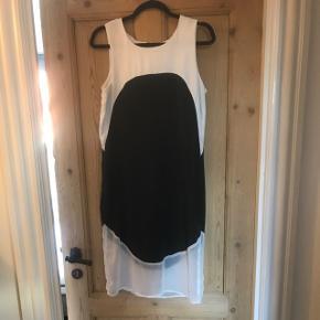 Smuk kjole i let stof. Perfekt til fest. Har en lille rødvinsplet i bunden, som jeg ikke har kunnet fjerne.