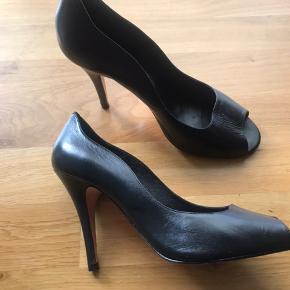 Sorte højhælede sko med tynd hæl. Super flotte på. Dessin 2672. Meget elegant sko.  Brugt et par m enkelte gange da jeg desværre må erkende at jeg ikke egner mig til at gå med høje hæle. Med læder og med brugsspor ingen slitage.  Afhentning/mobile pay el. kontant.