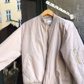 Sælger denne mega lækre Han Kjøbenhavn bomberjakke. Str L kan godt passe mindre. Den er HELT ubrugt og med tag. Super jakke som er vildt lækker at have på og kan bruge året rundt. Nypris 1800kr Købspris 1200kr