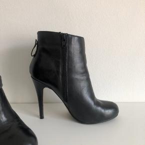 Støvler / støvletter fra Aldo i sort læder med kæde som kan tages af.  Str. 38 - almindelig i størrelsen Brugt 2 gange.  Nypris: 1000 kr. FAST PRIS  Hælen måler ca. 10 cm og sålen fortil er ca. 1 cm tyk.