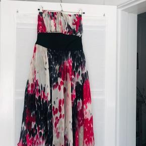 Fin stropløs kjole i silke og bomuld.