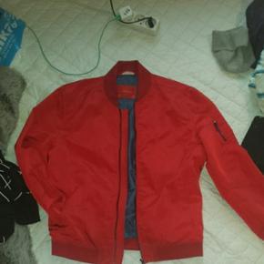 Rød bomber sommer jakke fra Zara med lommer i ærmerne og inden i. Den er str xl men fitter small / medium. Cond ca 8 Kan mødes i Århus eller hadsten eller den kan sendes på købers regning for 40kr