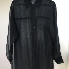 Mega fed oversize vintageskjorte i lækker gennemsigtig organza kvalitet i et enkelt design med fine knapdetaljer ned langs ryggen og slidser i siden. Den er fra mærket Wearhouse og er formentlig fra 1990'erne. Onesize og passer de fleste str pga snittet. Kom med et bud.  Varen befinder sig i 9520 Skørping. Sender med DAO.  Se også min øvrige annoncer. Jeg sælger tøj, sko og accessories. Pt er min shop fuld af vintagekup, high street fund og mærkevarer i mange forskellige str. Kig forbi og spøg gerne!!