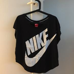 Lækker t-shirt til både afslapning og træning. Brugt få gange og kun til afslapning.