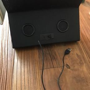 """Tablet cover med indbygget højtaler !!!  Passer til alle 9,5"""" og 9,7"""" iPads/tablets  Super lækkert materiale, og god højtaler.  Aldrig brugt og kun lige taget ud af original indpakning.   Skriv endelig hvis du er interesseret 😊"""