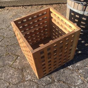 Flettet træ opbevaringskasse : 30x30x30 cm . Ingen returnering. Afhentes på 8270 Højbjerg.  Reserver gerne når halvdelen af beløbet betalesved reservationen .