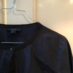 Flotteste mørkeblå skjorte fra COS!💙 Skriv for flere billeder eller spørgsmål🤩