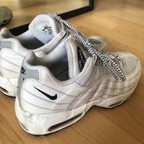 Nike air Max 95 i hvid, str. 40. Passer en 39-40. Brugt en del og er også lidt beskidte/brugte