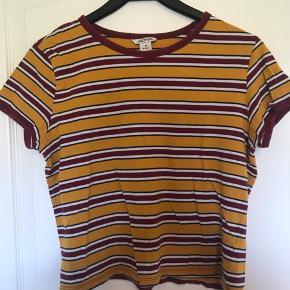 Flot kort T-shirt. Pæne farver Ved køb af flere ting kan der fåes rabat. Sender gerne på købers regning. Spørg for flere billeder.