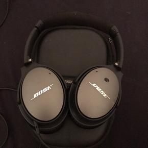 Jeg sælger disse Bose QuietComfort 25 Noise Cancelling hovedtelefoner. De fungerer perfekt og spiller fantastisk! Læderet i den ene ørekop er dog lige sprunget men man kan købe nye for 200kroner og det tager kun 10 sekunder af sætte nogle nye på, Men de kan sagtens bruges og noise cancelling virker stadigvæk fantastisk! De har en lille bitte ubetydelig bule på ydersiden af den ene ørekop men den har ingen betydning for funktionaliteten. Det er til Iphone men kan også bruges til Android bare uden fjernbetjeningsfunktion.