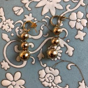 Disse øreringe minder meget om de klassiske Celine øreringe. De er i super flot kvalitet (jeg har set de ægte celine og kan ikke se eller mærke forskel på dem og disse) bytter ikke.
