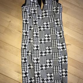 Super lækker og behagelig kjole. Lynlås i ryggen. Der er syninger udenpå kjolen så den former din krop rigtig flot.