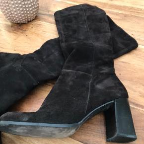 Elegant brun ruskindsstøvle af mærket Frasi - helt nye og ubrugte.