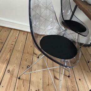 """4 stk spisebordstole i plast, med stål ben og lille sort """"siddepude"""" fra ILVA - brugsspor, men ikke noget man lægger mærke til. Pris er samlet for alle 4."""