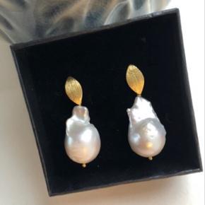 Anna øreringe - Smukke store barok perler i flotte forgyldte blade.   Perlerne variere fra gang til gang men jeg finder altid to der passer sammen.   Kan laves i sølv også.