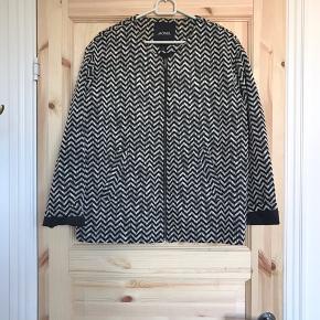 🌼🌼🌼🌼🌼🌼🌼🌼🌼🌼🌼🌼🌼🌼🌼  🌸 Cool trøje/jakke 🌸 Monki 🌸 Str. S, men en M kan også sagtens passe den, da den er stor i størrelsen 🌸 Den har lidt 'misfarvning' på indersiden ved nakken, men det er ikke noget der ses når man har den på. Ellers er den i super stand.   🌼 Se også mine mange andre annoncer 🌼