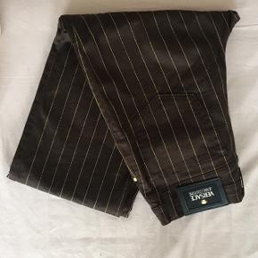 Flotte stribede versace jeans couture bukser. Mørkebrune. Mærket sidder lidt løst bagpå, men kan nemt syes fast