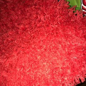 Rød langhåret tæppe mål 133x195 byd 😊