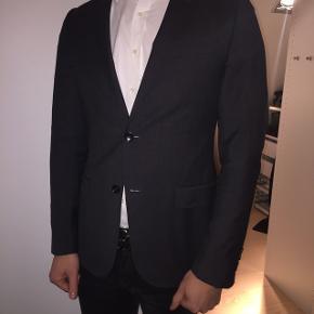 Flot og enkel Gucci jakke. Lysegrå. Fremstår rigtig flot. Sælges da jeg er vokset ud af størrelse 48