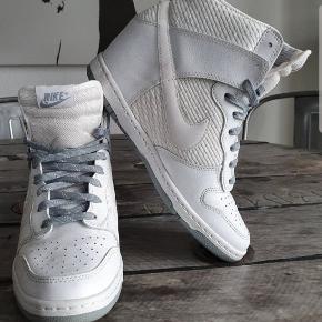 Fede Nike Sky Hi wedge sneakers, kun prøvet på. Hvid/gråblå str. 41 - nypris 1400,00