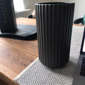 Mat sort lyngby vase i H20 cm, har lidt små bitte brugsmærker, men intet at ane