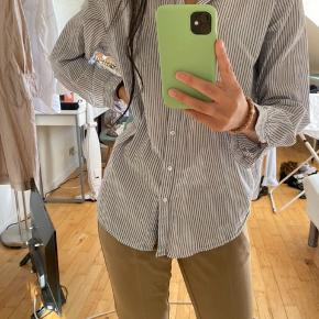 Hvid/blå stribet h&m skjorte - super fin på Str. S