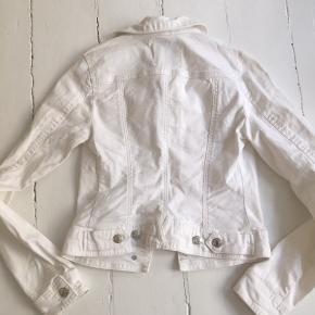 Helt ny hvid denim jakke i bomuld.