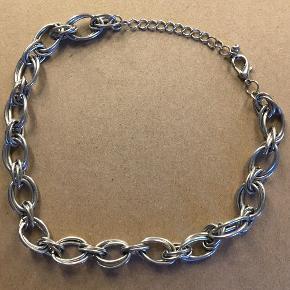 Sølv halskæde købt i London. Størrelsen kan ændres, så den kan blive strammere, end den ser ud på billedet.