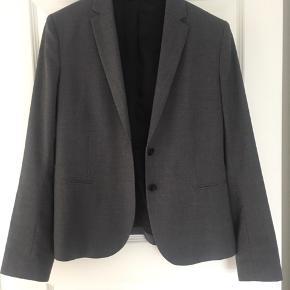 Varetype: Blazer Størrelse: L (lille i str.) Farve: Grå Oprindelig købspris: 2100 kr.  Smuk blazer - brugt max et par gange.   Fremstår som ny - kan sagtens bruges af str. M n