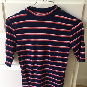 Sød stribet t-shirt fra H&M. Passer sagtens en størrelse small også.