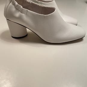 Flot hvid sko på moderat hæl Sidder rigtig godt  Størrelsessvarende